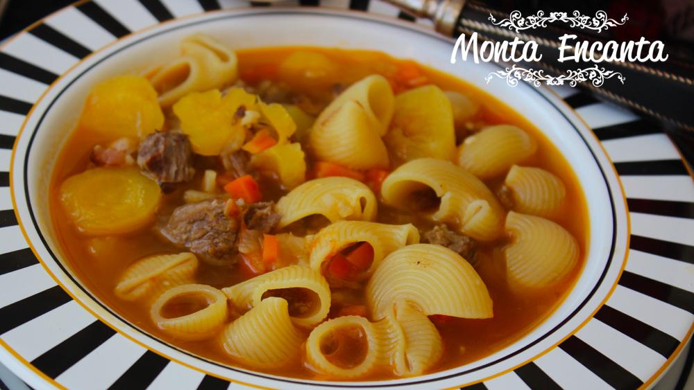 Sopa de carne de músculo com macarrão