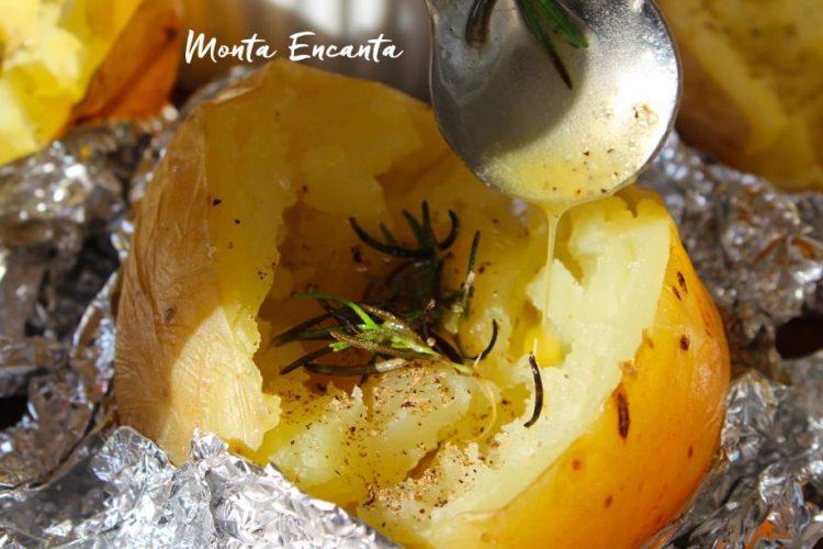 Baked Potato com alecrim e manteiguinha