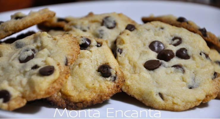 cookie amanteigado com gostas de chocolate