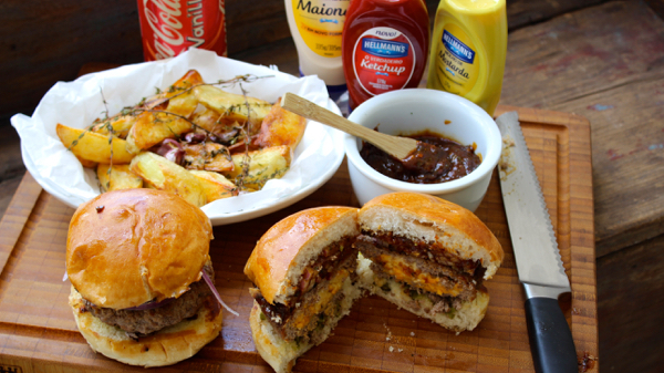 Burguer Juicy Lucy com Batatas e Molho Barbecue