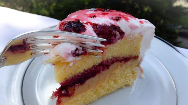 bolo doce de leite com frutas vermelhas