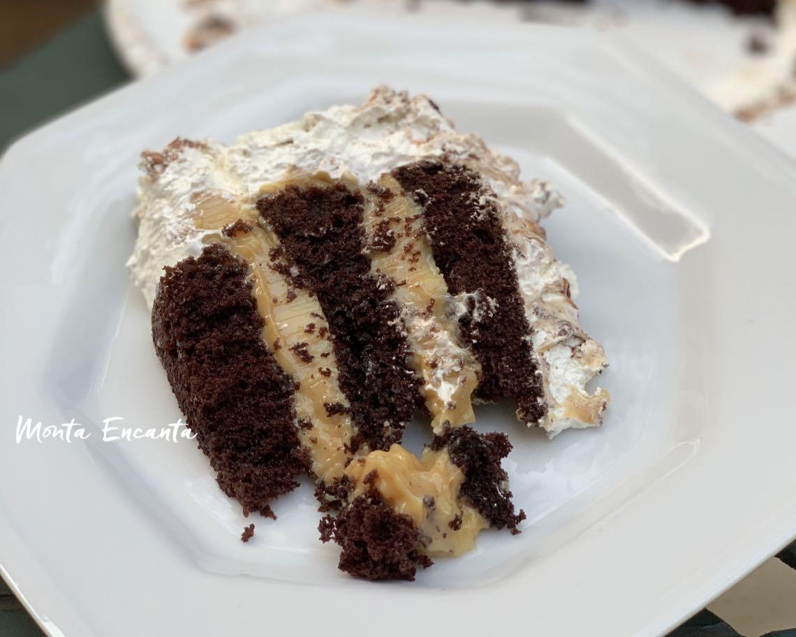 bolo de chocolate monta encanta, pão de ló, doce de leite e marshmallow