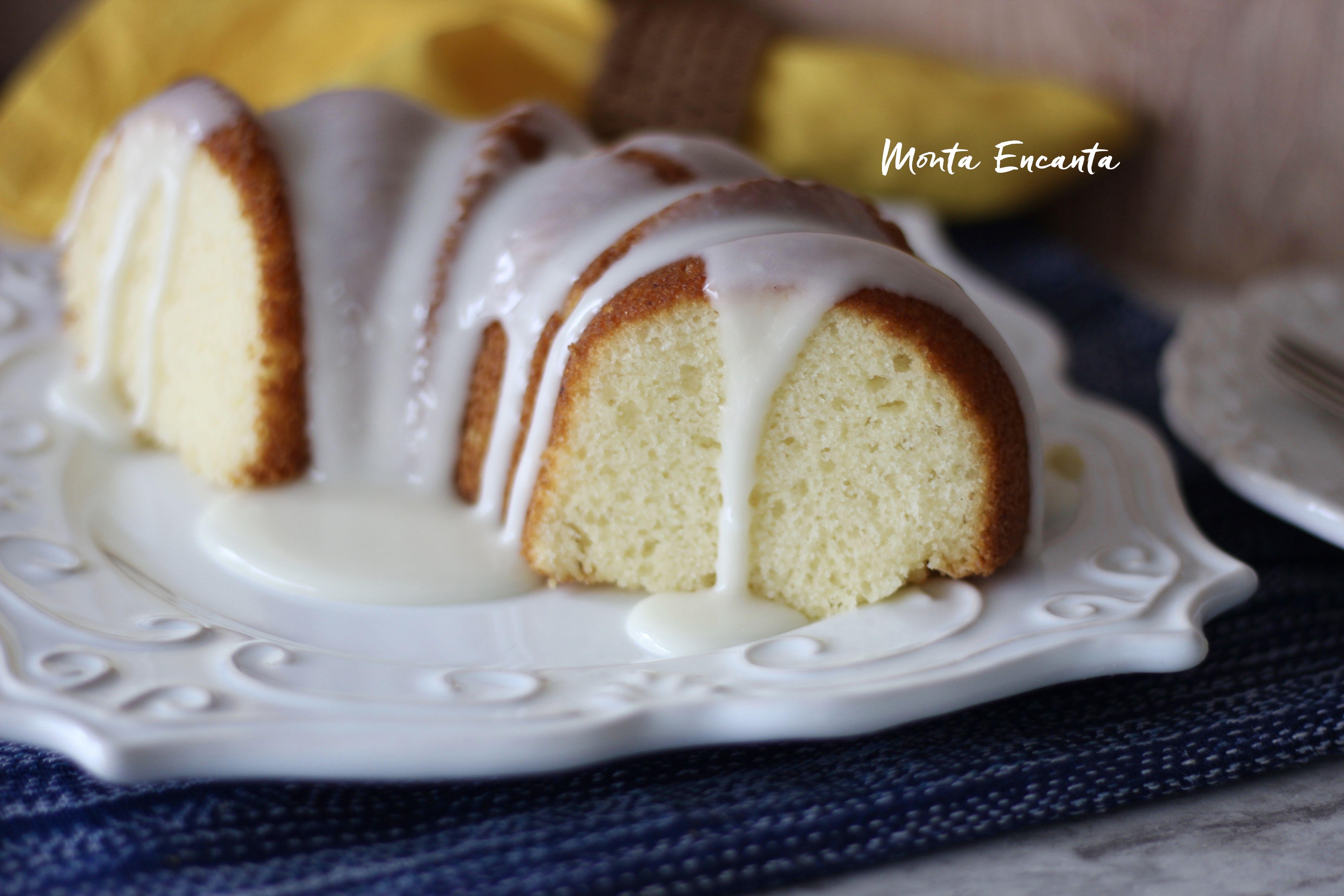 bolo de iogurte com calda de baunilha