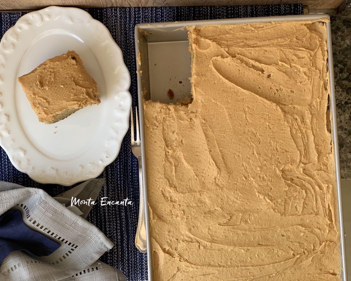 bolo de manteiga de amendoim com glacê peanut butter
