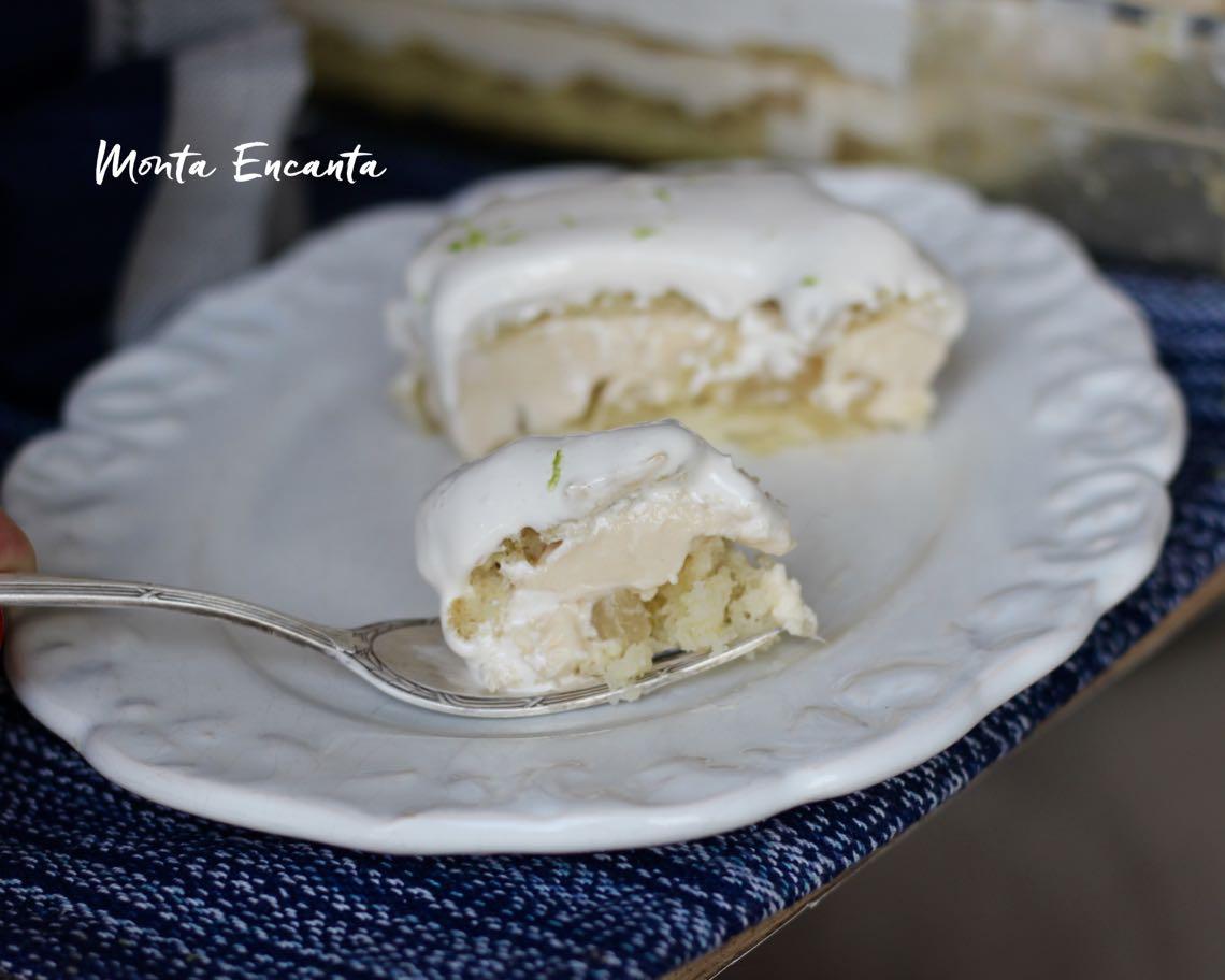 bolo belga de abacaxi gelado com pedaços da fruta e cobertura de marshmallow