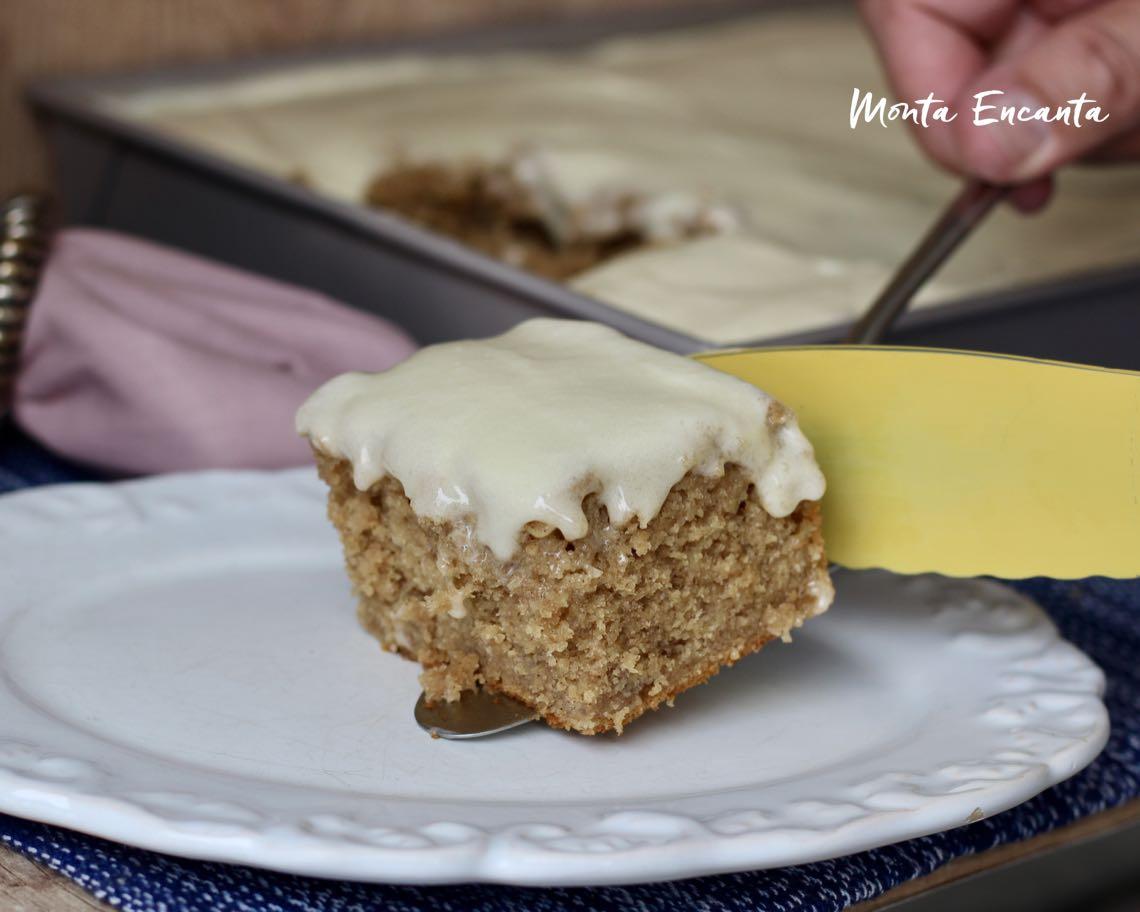 bolo de banana com iogurte, mascavo e cobertura americana