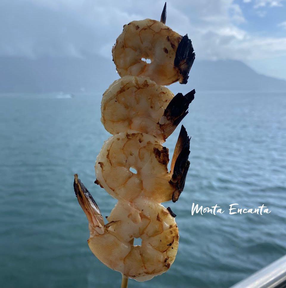 camarão assado no espeto